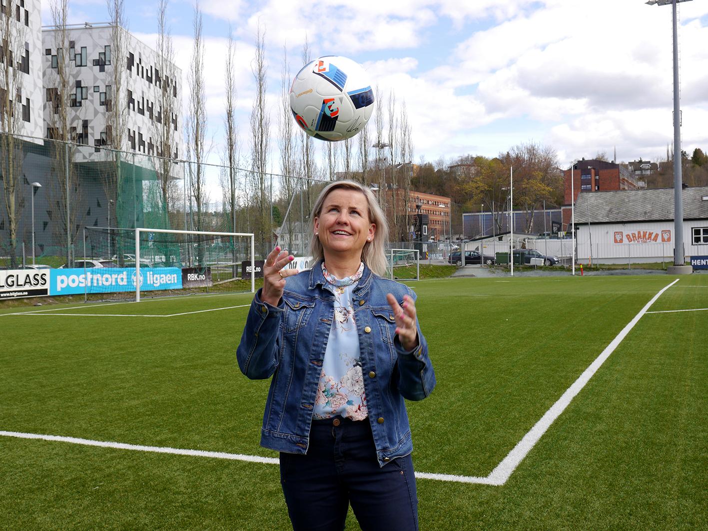Respektert fotballboss. Tove Moe Dyrhaug, daglig leder i RBK, har byttet ut mobil med ball til ære for fotografen. Tekst og foto: Jan-Are Hansen