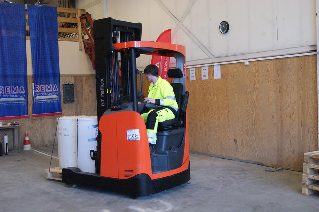 Tar til førersetet. Elever ved transport- og logistikklinja må forholde seg til både stramme tider og logistiske utfordringer mens de transporterer varer.