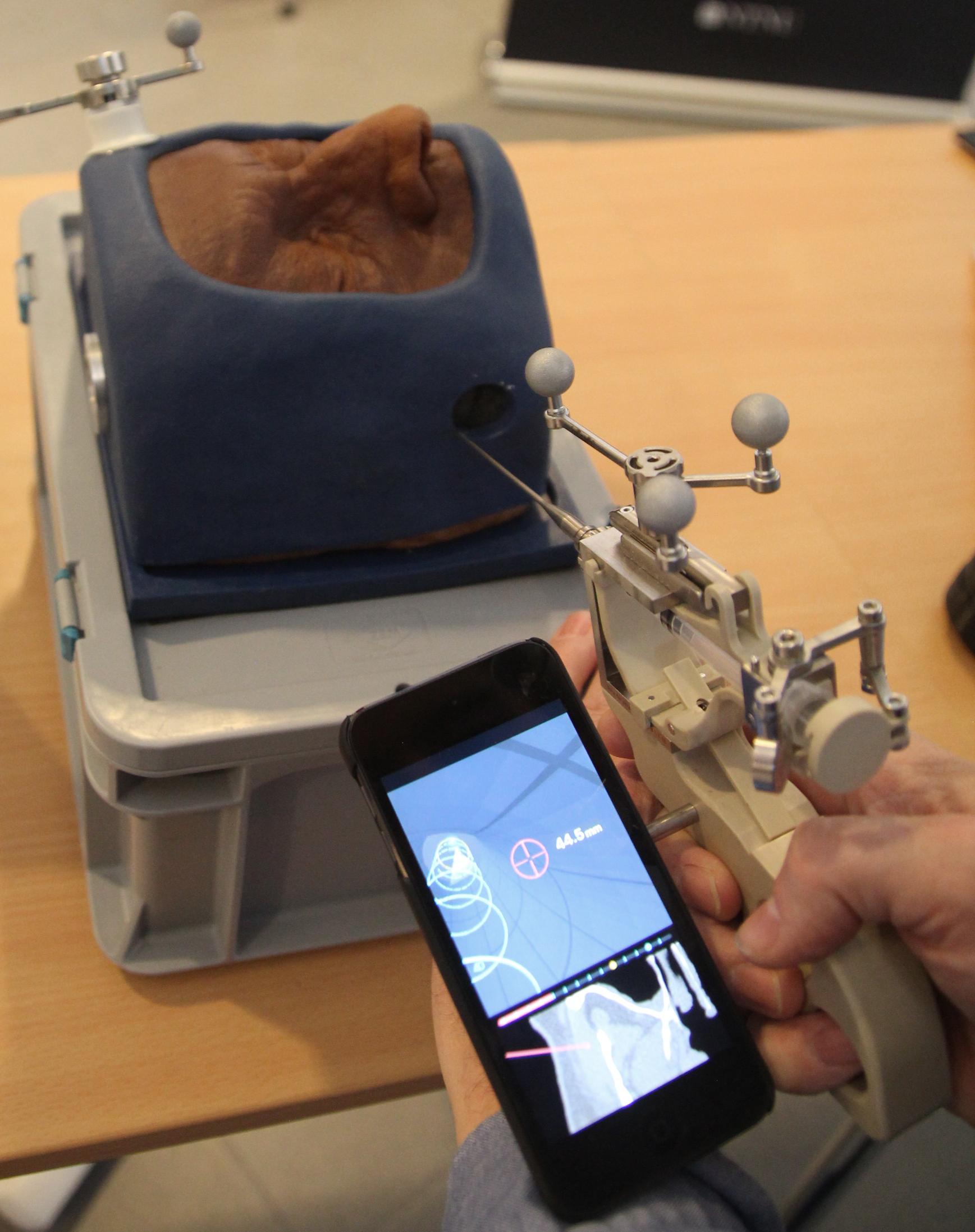 Dobbel innovasjon. Både pistolen og skjermen som er festet til MultiGuide er egenutviklede forskningsbaserte nyskapinger som NTNU TTO nå skal bistå i kommersialiseringen av. Foto: Kenneth Stoltz
