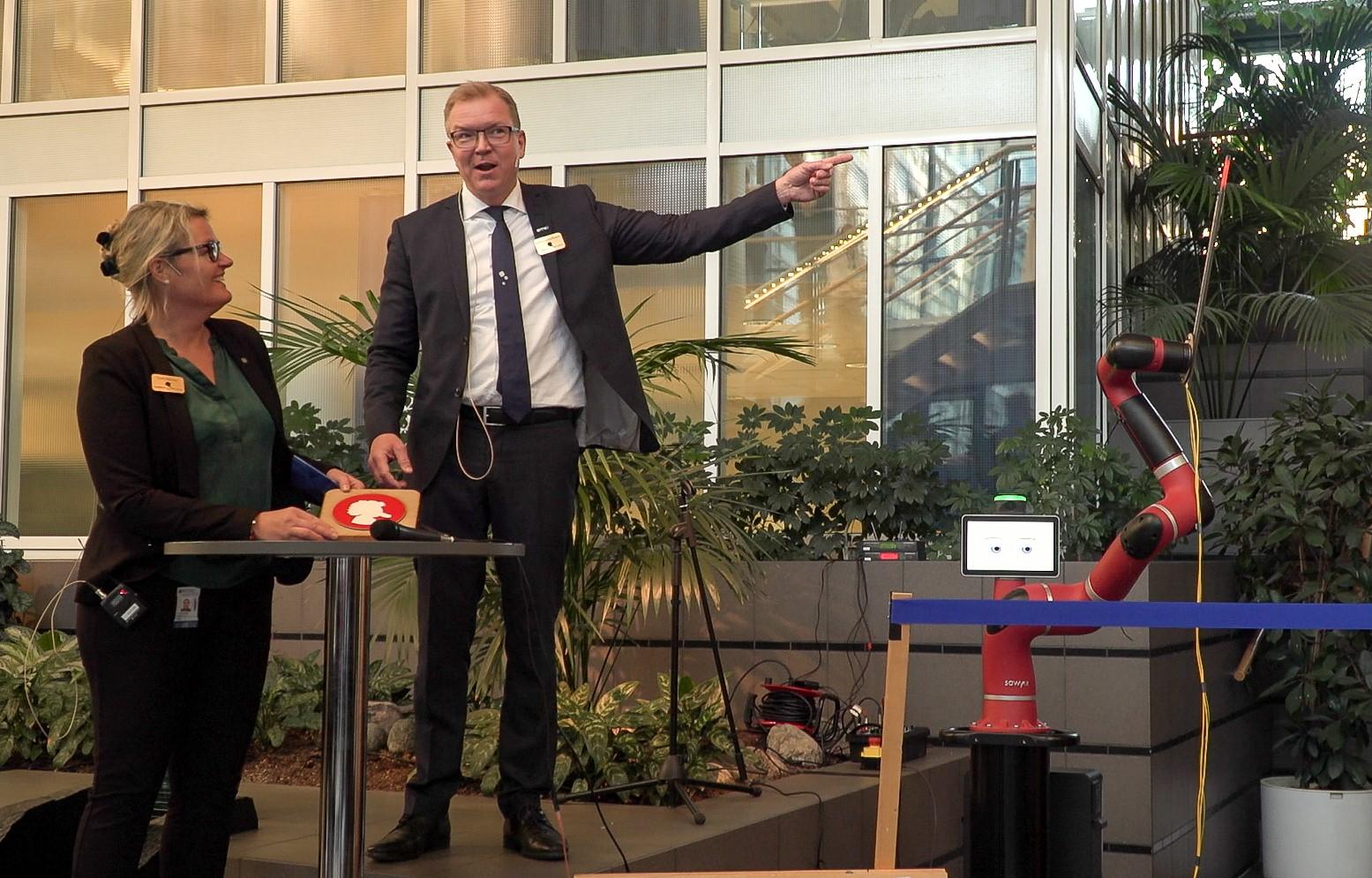Tror på studentene. Prorektor Toril Nagelhus Hernes og dekan Björn Gustafsson foresto åpningen av den studentdrevne medisinske innovasjonslaben på Øya. Foto: Geir Otto Johansen / NTNU