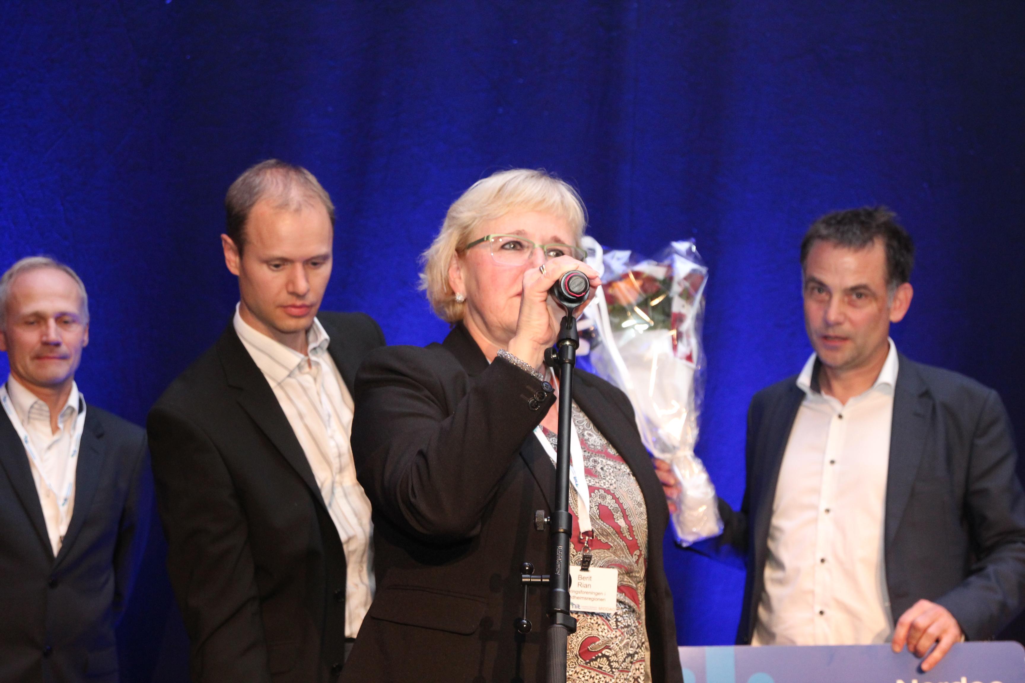 NiT-sjef Berit Rian med lykkønskning til prisvinnerne.