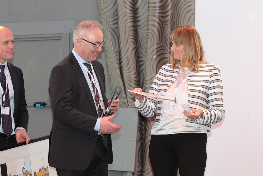 Utdeling av Eiendomsprisen 2017. F.v. Tor-Henning Aalmo (Senior Relationship Manager Danske Bank), Knut Efskin (daglig leder/partner Norion Næringsmegling) og mottaker av Eiendomsprisen 2017, Ruth Hege Falch Havdal (adm. direktør KLP Eiendom).