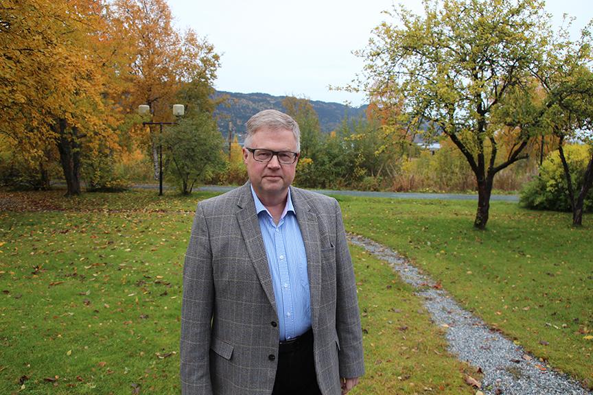 På industrihistorisk grunn. Bjørn Wiggen i hageanlegget tilhørende 150 år gamle Strandheim, som har vært driftskontoret i Salvesen & Thams i alle år. 1.000 ansatte jobbet ved bruket i Christian Thams' tid.