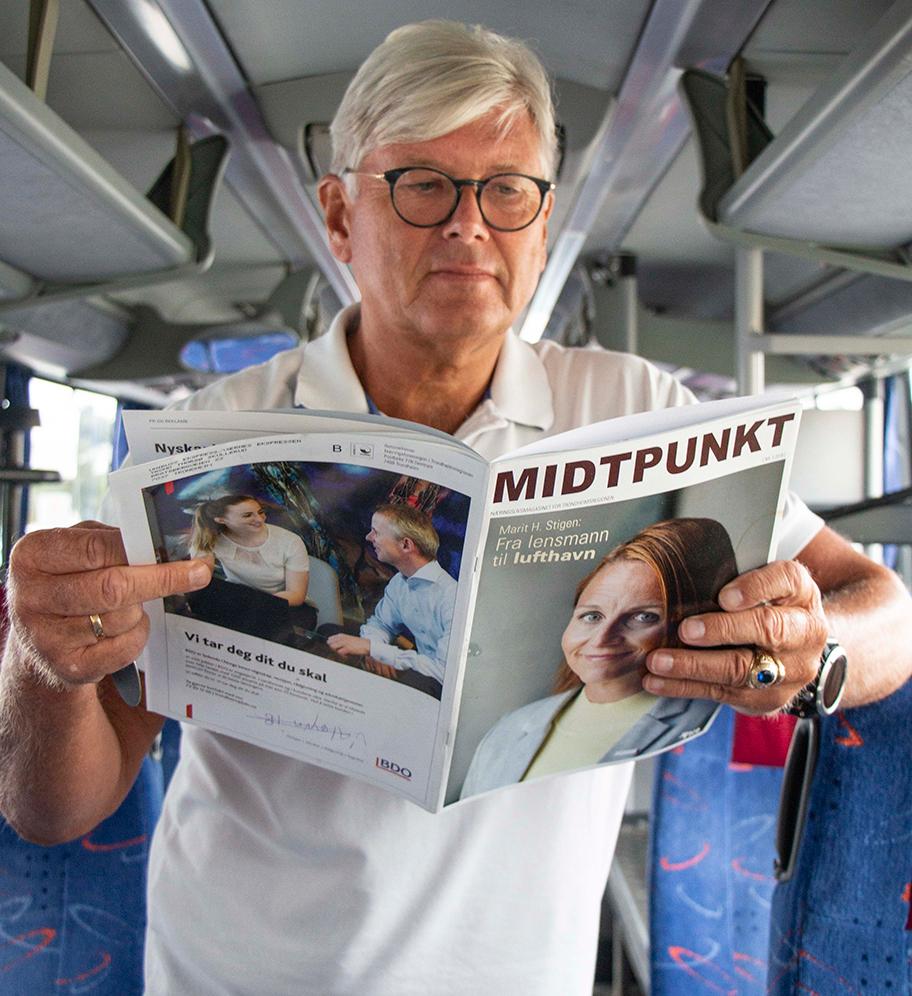 Lærerik lektyre. Drifts- og markedssjef Trond Thorsø Skullerud synes det er viktig å vise frem midtnorsk næringsliv til passasjerene sine.